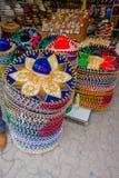 PLAYA DEL CARMEN, ΜΕΞΙΚΟ - 10 ΙΑΝΟΥΑΡΊΟΥ 2017: Όμορφα και ζωηρόχρωμα μεξικάνικα καπέλα ένα επάνω από άλλο σε μια αγορά και Στοκ εικόνα με δικαίωμα ελεύθερης χρήσης