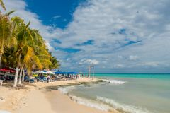 Playa del Carmen, Μεξικό - 10 Ιανουαρίου 2018: Μη αναγνωρισμένοι άνθρωποι στην παραλία στο Playa del Carmen στο ηλιοβασίλεμα με τ Στοκ εικόνα με δικαίωμα ελεύθερης χρήσης