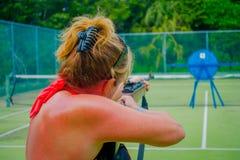 PLAYA DEL CARMEN, МЕКСИКА - 9-ОЕ НОЯБРЯ 2017: Неопознанная женщина держа в ее руках внутренность винтовки и снимать a Стоковые Фотографии RF