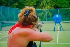 PLAYA DEL CARMEN, МЕКСИКА - 9-ОЕ НОЯБРЯ 2017: Неопознанная женщина держа в ее руках внутренность винтовки и снимать a Стоковое фото RF