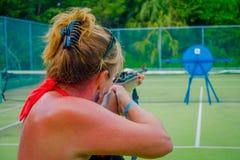 PLAYA DEL CARMEN, МЕКСИКА - 9-ОЕ НОЯБРЯ 2017: Неопознанная женщина держа в ее руках внутренность винтовки и снимать a Стоковое Изображение RF