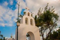 Playa del Carmen, maya del Messico, Riviera: La chiesa cattolica sui precedenti delle palme Sindaco della plaza Fotografie Stock