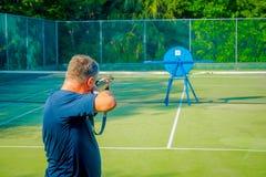 PLAYA DEL CARMEN MEKSYK, LISTOPAD, -, 09, 2017: Niezidentyfikowany mężczyzna mienie w jego wręcza ćwiczy strzelać i karabin Obraz Stock