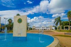 PLAYA DEL CARMEN, MEKSYK STYCZEŃ 01, 2018: Plenerowy widok drylować struktury wśrodku sztucznej fontanny lokalizować wewnątrz Obraz Royalty Free