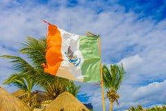 Playa del Carmen, Messico - 10 gennaio 2018: Vista all'aperto di una bandiera messicana che ondeggia in spiaggia caraibica a Play Fotografia Stock Libera da Diritti