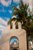 PLAYA DEL CARMEN, MESSICO, Riviera può: La chiesa cattolica sui precedenti delle palme Fotografie Stock