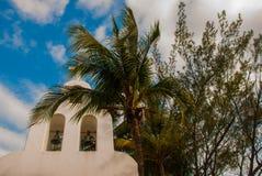 PLAYA DEL CARMEN, MESSICO, Riviera può: La chiesa cattolica sui precedenti delle palme Fotografia Stock Libera da Diritti