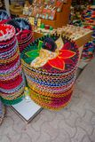 PLAYA DEL CARMEN, MEXICO - JANUARI 10, 2017: Härliga och färgrika mexikanska hattar en ovanför andra i en marknad och Arkivfoto