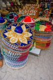 PLAYA DEL CARMEN, MEXICO - JANUARI 10, 2017: Härliga och färgrika mexikanska hattar en ovanför andra i en marknad och Royaltyfri Bild