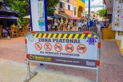 Playa del Carmen, Mexico - Januari 10, 2018: Informatief teken van alle die voertuigen met niet geïdentificeerde mensen worden be Stock Foto's