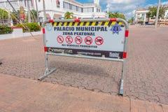 Playa del Carmen, Mexico - Januari 10, 2018: Informatief teken van alle die voertuigen op een klein gebied dicht bij worden belem Stock Foto