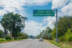 Playa del Carmen Mexico - Januari 10, 2018: Informativt tecken med vita bokstäver i en grön struktur lin en huvudväg Royaltyfri Fotografi