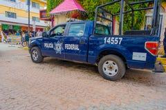 Playa del Carmen, Mexico - Januari 10, 2018: Mening van een blauwe die politiebestelwagen bij in openlucht in 5de Weg, de hoofdst Stock Afbeelding