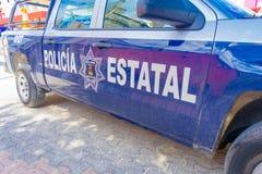 Playa del Carmen, Mexico - Januari 10, 2018: Mening van een blauwe die politiebestelwagen bij in openlucht in 5de Weg, de hoofdst Royalty-vrije Stock Foto