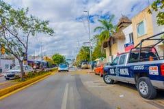 Playa del Carmen, Mexico - Januari 10, 2018: Mening van een blauwe die politiebestelwagen bij in openlucht in 5de Weg, de hoofdst Stock Foto
