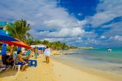 Playa del Carmen Mexico - Januari 10, 2018: Oidentifierat folk som sitter under slags solskydd och in tycker om stranden Fotografering för Bildbyråer