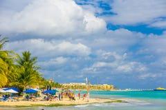 Playa del Carmen Mexico - Januari 10, 2018: Oidentifierat folk som tycker om en typisk men härlig karibisk strand på Royaltyfri Foto