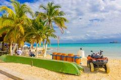 Playa del Carmen Mexico - Januari 10, 2018: Oidentifierat folk som tycker om sikten på det fria med en avskrädecolector Arkivbild