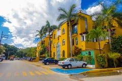 Playa del Carmen Mexico - Januari 10, 2018: Utomhus- sikt av bilar som parkeras i ett enormt och härligt hus i Playa del arkivfoton
