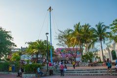 Playa del Carmen, Mexico, Riviera Maya: De traditionele dans die van Los Voladores Totonac, een oud ritueel uitvoeren Acrobaten  royalty-vrije stock afbeelding