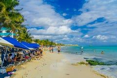 Playa del Carmen, Mexique - 10 janvier 2018 : Personnes non identifiées reposant sous des parasols et appréciant la plage dedans Photos libres de droits