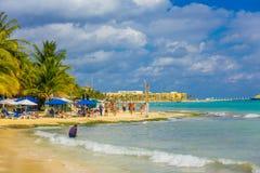 Playa del Carmen, Mexique - 10 janvier 2018 : Personnes non identifiées sur la plage dans le Playa del Carmen au coucher du solei Images libres de droits