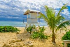 Playa del Carmen, Mexique - 10 janvier 2018 : Vue extérieure de hutte de sauvegarde dans la plage pendant un jour ensoleillé avec Photographie stock