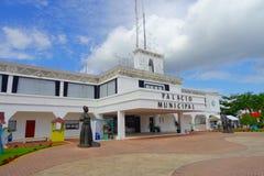 PLAYA DEL CARMEN, MEXIQUE LE 1ER JANVIER 2018 : Entrée au palais municipal dans le Playa del Carmen, Maya de la Riviera, Mexique Photo libre de droits