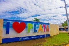 PLAYA DEL CARMEN, MEXIQUE LE 1ER JANVIER 2018 : Vue extérieure des mots énormes de playa d'amour d'I au pénétrer dans de la ville Photo stock
