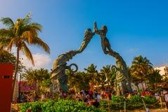Playa del Carmen Riviera Maya, Mexico: Folk på stranden i Playa del Carmen Ingång till stranden i form av skulpturnolla arkivfoto