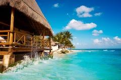 Playa del Carmen-Strand palapa in Mexiko lizenzfreie stockfotos