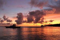 Playa del chalet en la puesta del sol San Vicente y las Granadinas foto de archivo