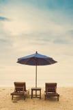 Playa del día de fiesta con la silla de playa y el unbrella de la playa Fotos de archivo