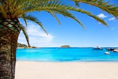 Playa del DES Canar de Ibiza Patja con agua de la turquesa foto de archivo