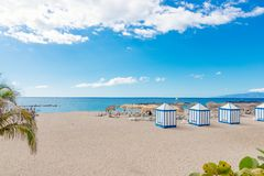 Playa del EL Duque de Playa con las palmeras tropicales en Costa Adeje Fotos de archivo