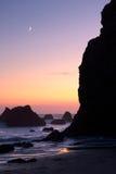 Playa del EL Matador en la puesta del sol con la luna Imagen de archivo libre de regalías