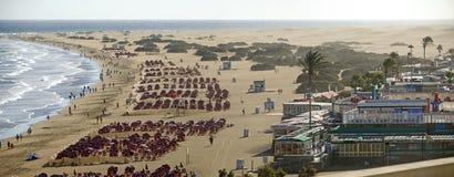 Παραλία Playa del Ingles με τα sunshades Στοκ εικόνα με δικαίωμα ελεύθερης χρήσης