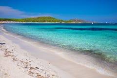 Playa del Lu Impostu con Isola Travolara en el fondo, Cerdeña, Italia, Europa foto de archivo