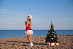 Playa del mar del Año Nuevo de la Navidad de la muchacha del sur Imagen de archivo
