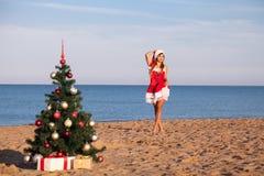 Playa del mar del Año Nuevo de la Navidad de la muchacha del sur Fotos de archivo