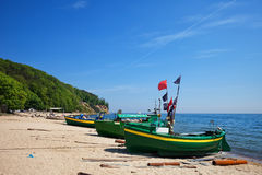 Playa del mar Báltico con los barcos de pesca en Gdynia Foto de archivo
