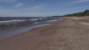 Playa del mar Báltico en un día de verano soleado almacen de video