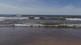 Playa del mar Báltico en un día de verano soleado almacen de metraje de vídeo