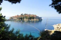 Playa del mar de la isla de Stefan del sveti de Montenegro fotografía de archivo libre de regalías