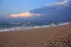 Playa del mar después de la lluvia imagen de archivo