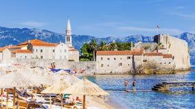 Playa del mar en Budva, Montenegro fotografía de archivo