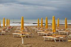 Playa del mar en día vergonzoso Imagenes de archivo