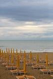 Playa del mar en día vergonzoso Foto de archivo