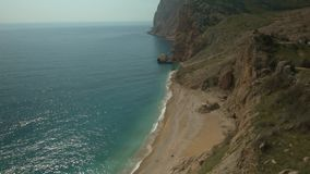 Playa del mar entre rocas metrajes