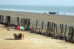Playa del mar tirada de un paraguas y de un barco imagenes de archivo